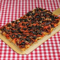 SUGO Pizza | Gekarameliseerde ui & sriracha