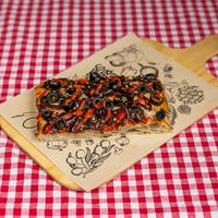 SUGO Slice | Gekarameliseerde ui & sriracha