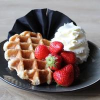 Warme wafel met verse aardbeien